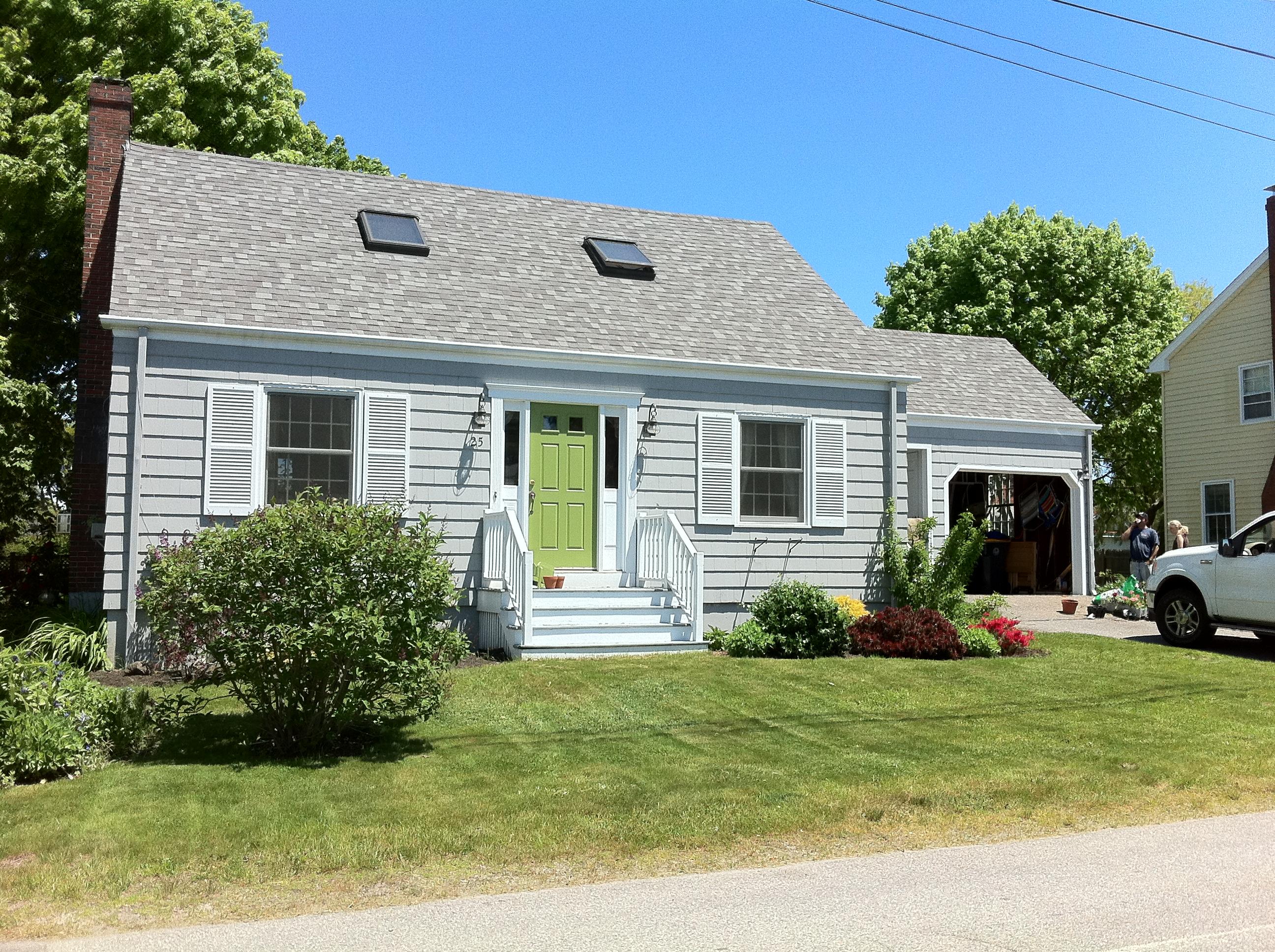 Eye candy beach houses for Green house white trim
